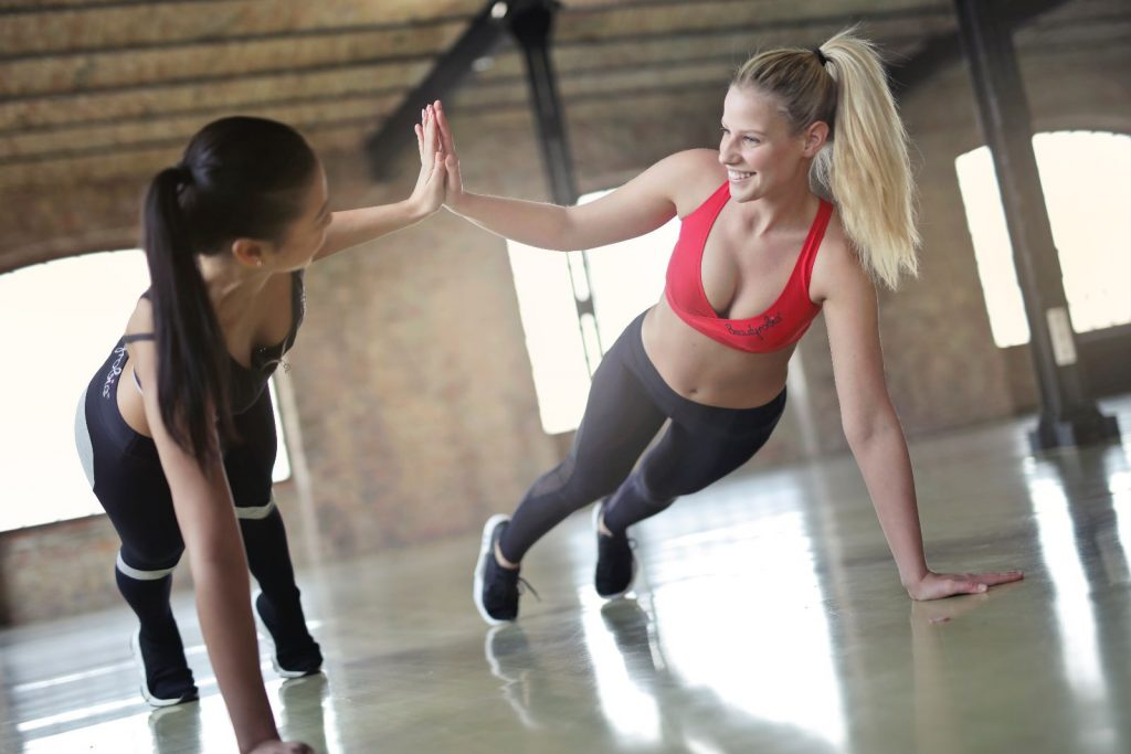 Jak ciężko osiągnąć sukces? Dwie aktywne kobiety podczas treningu