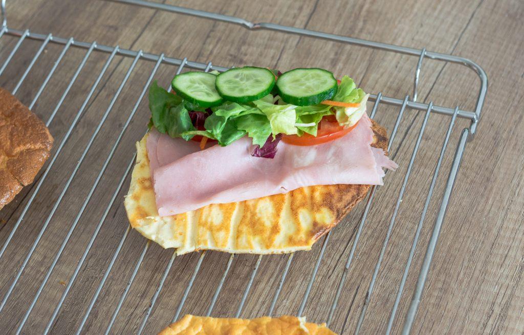 Wysokobiałkowy chlebek z szynką i warzywami 1