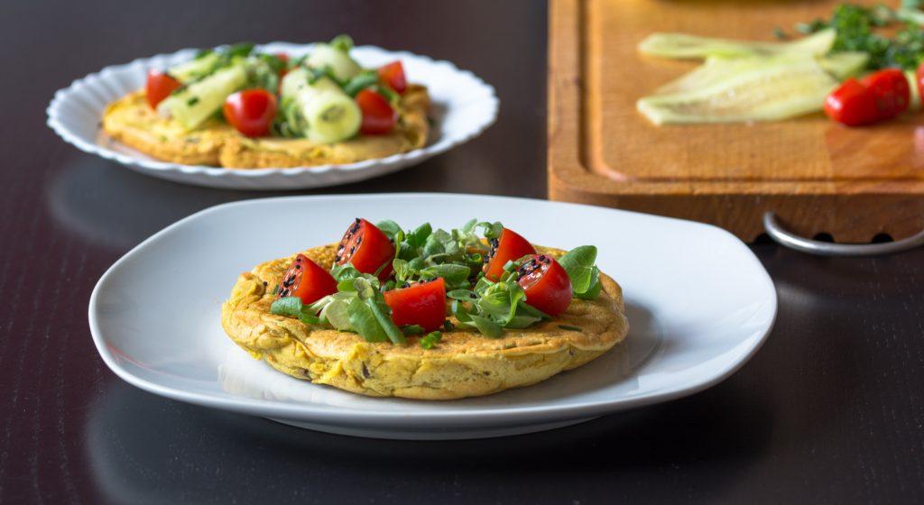 Wegański omlet z ciecierzycy z warzywami